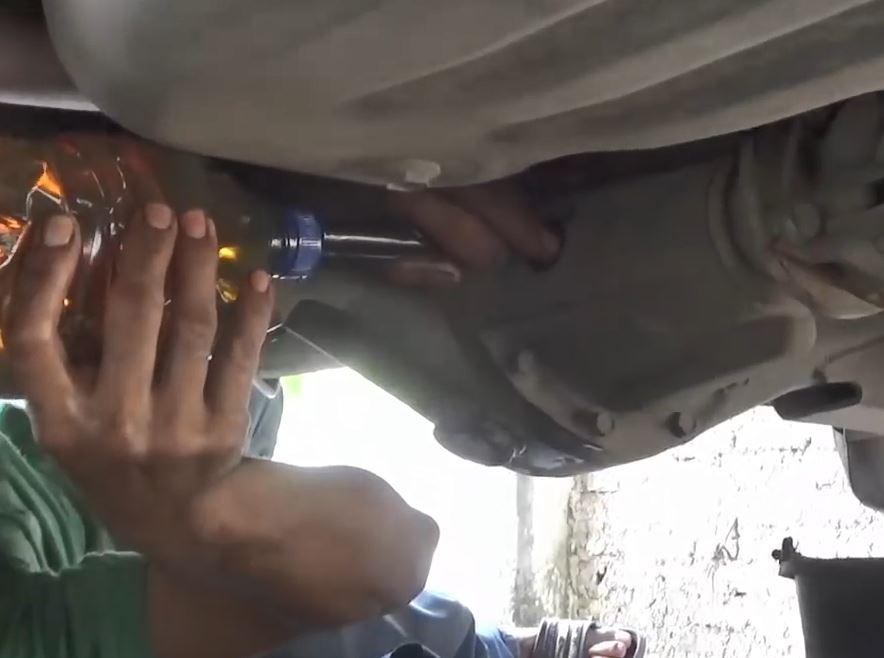 masukkan oli gardan yang baru