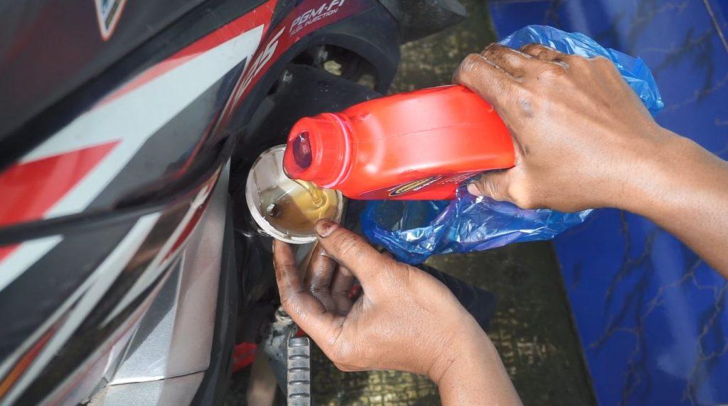 masukkan oli yang baru