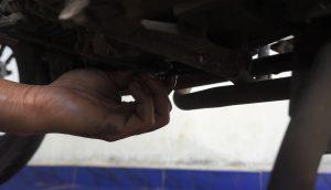 membuka baut pembuangan oli menggunakan tangan