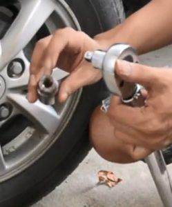 pasang kunci socket yang sesuai dengan bantuan adaptor
